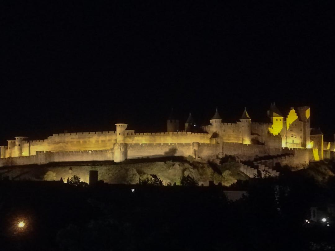 カルカソンヌ ホテル 夜景のお城が輝くレ·トワ·クロンヌ